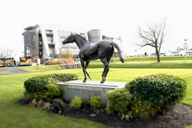 Red_Rum_Statue_Aintree_(8595095106).jpg